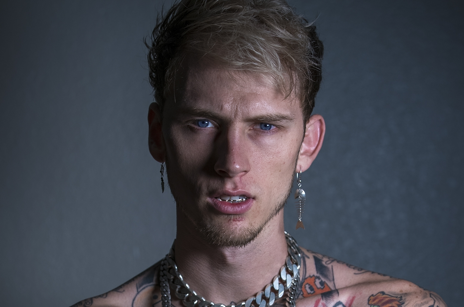 machine gun kelly to play tommy lee in netflix's motley crue biopic