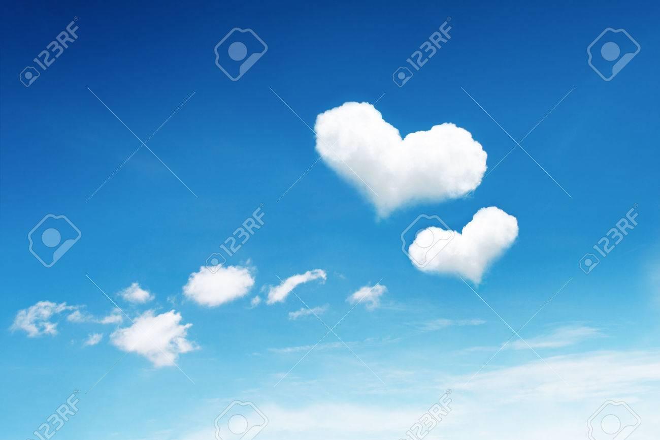 se trata de dos nubes de corazón en el cielo azul. fotos, retratos
